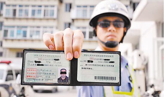 驾照过期没换证还敢开车 上路被抓怎么处罚