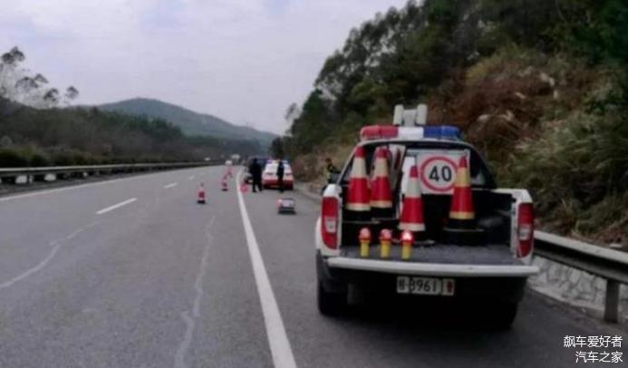 车坏在高速上 应该叫4S店 保险 还是叫警察拖车