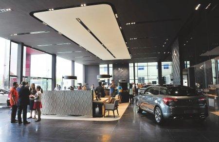 展厅外立面设计灵魂源自精美华丽的水晶玻璃盒,而室内各功能区的设计图片