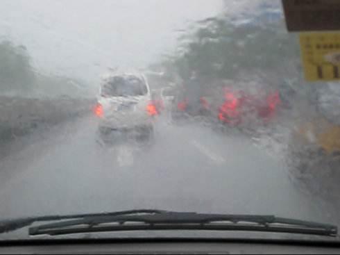 开车时遇暴雨看不清 这些做法让你脱离危险