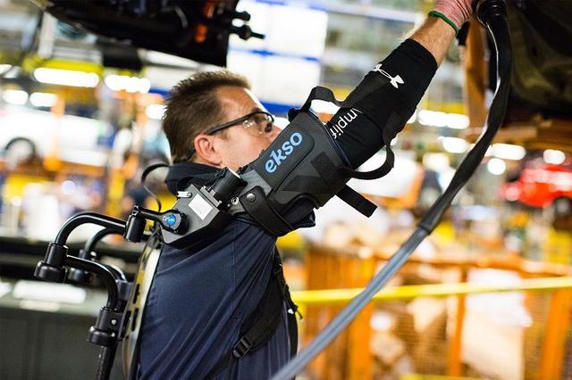 福特测试外骨骼EksoVest:大幅减轻工人工作负担