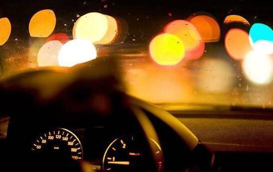为什么晚上开车的时候驾驶室都不开灯?