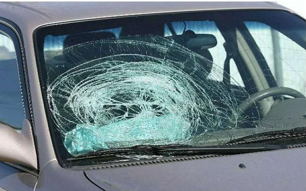 钥匙误锁车里怎么办?到底该不该砸玻璃?