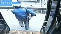 老人连上公交三次追打不让座男子