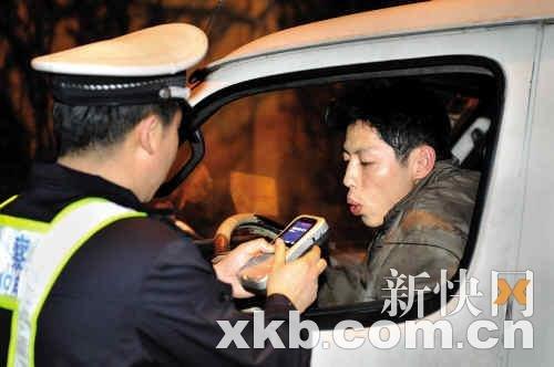 """交警春节查酒驾 广州市15名""""醉猫""""被拘"""