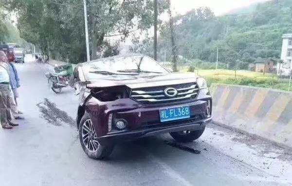 """广汽传祺回应""""车身断裂"""":剧烈侧撞水泥防护栏所致"""
