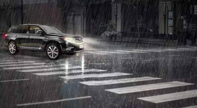 老司机们注意了!雨天最详细驾车技巧在这