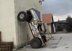 越野车竟开上墙玩垂直倒立