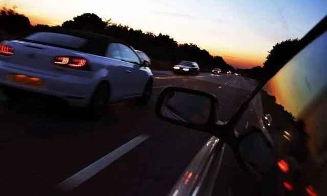 用力踩油门提速费油又伤车怎么办 来听老司机说说