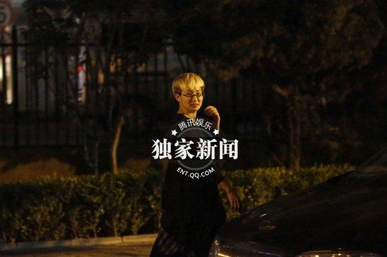 吴宇森徐克聚餐 吴宇森与徐克小女友热聊图片