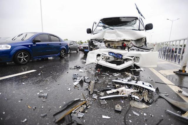 右侧超车出事故负全责 但这几种情况除外