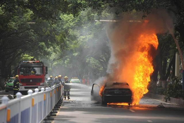 《每日猜车》第772期:男子豪车被烧被砸
