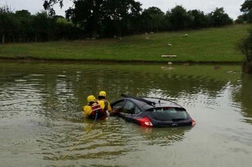 《每日猜车》第797期:80岁司机将车开湖中