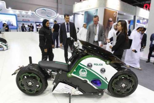 迪拜警方展示飞行摩托车 可携带一名警察及远程操控