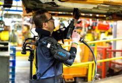 """酷过钢铁侠?福特汽车工人穿上高科技""""铠甲""""工作"""