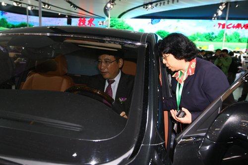 国家工信部部副部长苗圩参观吉利展台
