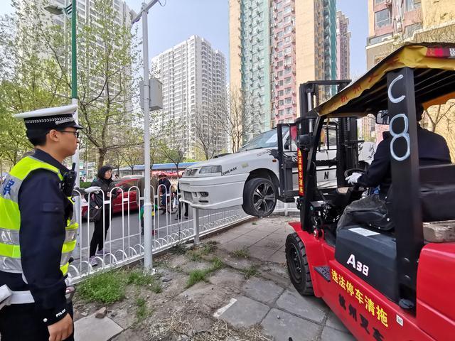 北京1200余辆僵尸车过半被清理 有的成路边仓库