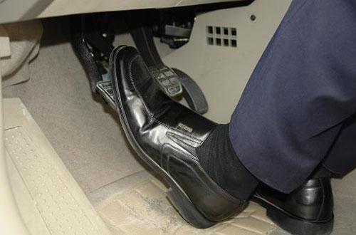 左脚习惯性半踩离合 该陋习让爱车迅速贬值