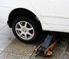 准备开始换轮胎