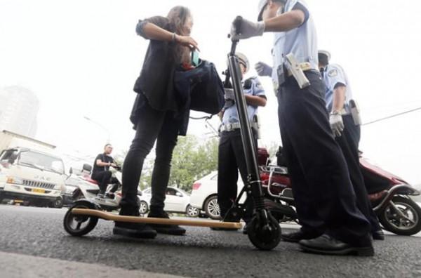 平衡车和电动滑板车上路要被处以10元罚款