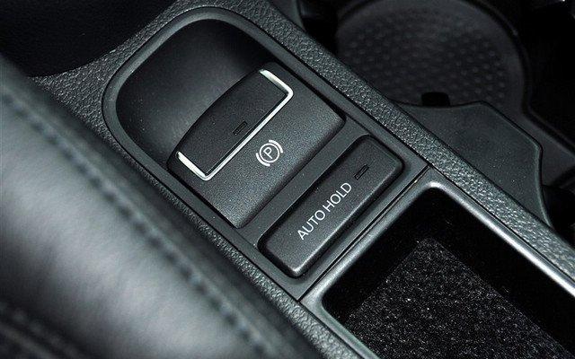 途观配备了电子手刹及自动驻车功能 途观全系标配了电子手刹和AUTOHOLD功能,这比翼虎的传统手刹更有舒适和科技的元素,这也算是途观在此次车型科技配置对比方面最大一个亮点。 配置方面我们可以下一个结论,那就是翼虎在27万元价位不但比途观丰富,同时科技表现更强大。 版权声明:本文系腾讯汽车独家稿件,版权为腾讯汽车所有。欢迎转载,请务必注明出处(腾讯汽车)及作者,否则必将追究法律责任。