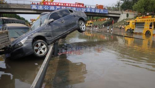 """高速路上,遇到路面积水""""冲过去""""还是""""绕过去""""?"""