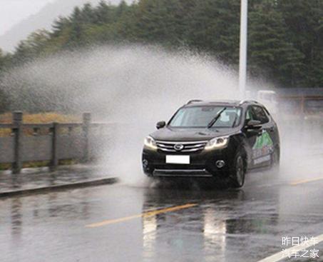 高速上遇积水是躲还是直接开过去 老司机这样做