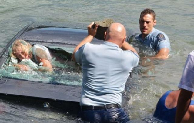 逃生的黄金2分钟 汽车掉水里的自救方法