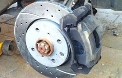 比亚迪F0更换刹车盘作业
