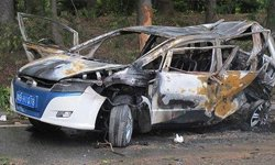 比亚迪E6被撞后燃烧起火