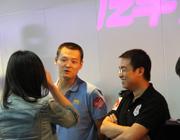 评委莫非和宫涛正在接受采访