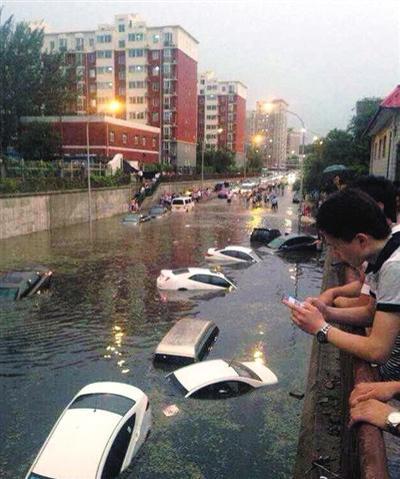 北京暴雨桥下积水淹车 车主弃车逃命