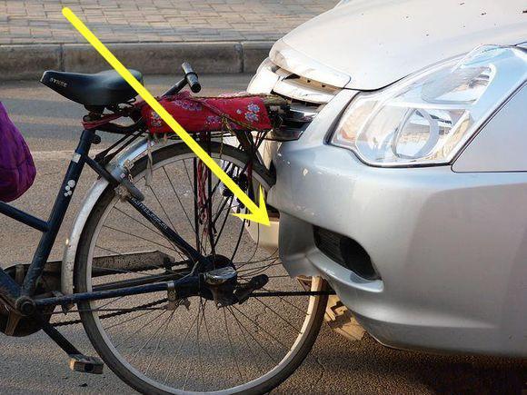 前保险杠竟被自行车撞弯真的是质量不堪一击吗