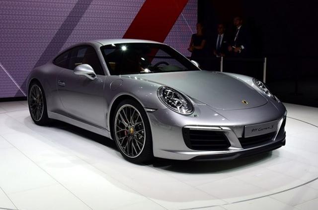 保时捷新款911 外观方面,新款911相比现款变化并不大,前大灯内部结构有所调整,前保险杠两侧的进气口也进行了微调。尾部方面,新车则相比前脸的变化更为显著,其换上了竖条幅设计的发动机散热格栅,且配备了LED光带式尾灯,同时后保险杠两侧增加了全新的开口。