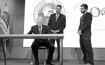 """美国加州签署法案 无人驾驶汽车终""""放行"""""""