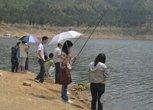 女士钓鱼真不专业
