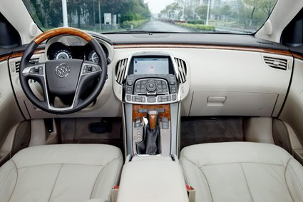 2012款别克君越图片_【图】君越2012款30L旗舰版中控方向盘图片