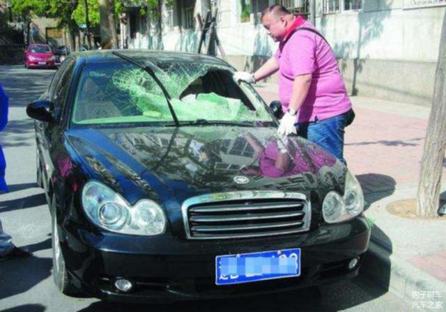 钥匙锁在车里别再傻傻砸玻璃了 这样做就可轻松搞定
