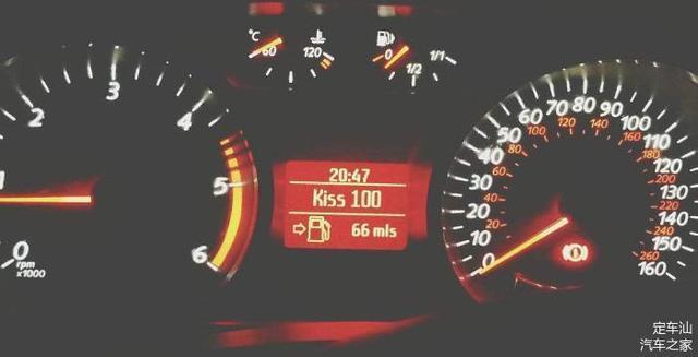 油表灯一亮车还能开多远 记住这个数 别等半路熄火才清楚