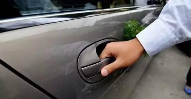 别再大力甩车门 戳此教你如何有风度的关门