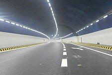 进隧道前减速开灯