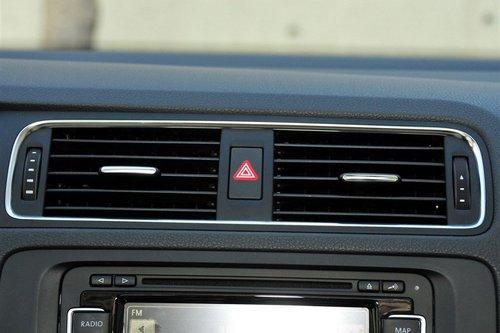 新宝来的中控面板设计的非常清晰,排列井然有序不说,每一个按钮都