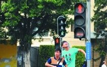 红绿灯路口宁停三分不抢一秒