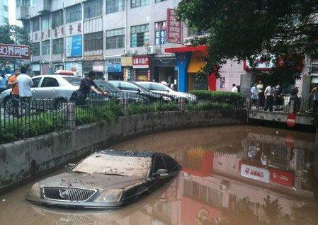 近期南方降雨量大增 不少汽车都浸在水中