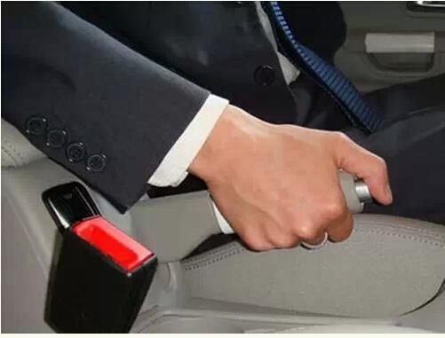 手刹这么用让车报废没商量 也应及时更换