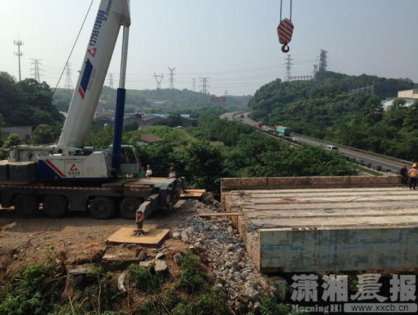 湘府东路跨京港澳高速大桥规划路幅上的扬子路老桥拆除现场.-跨京