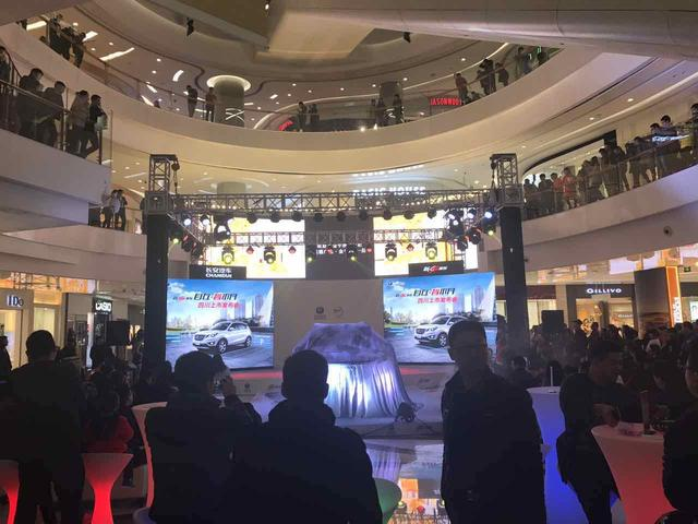 (长安新CS35四川上市发布会引来众多围观群众,亮眼十足。)