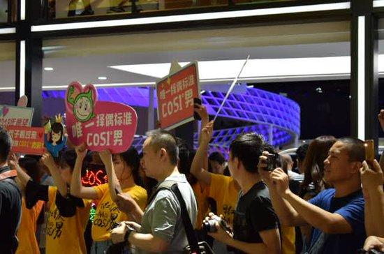 50女粉丝齐聚重庆只为COS1°男,这究竟是什么物种?