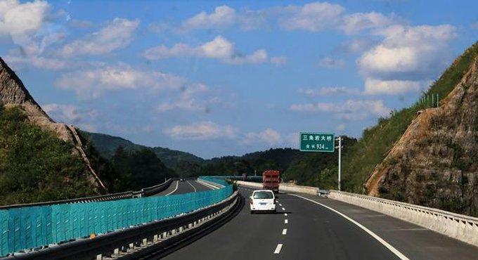 高速路上车道利弊多 到底走哪条才更安全