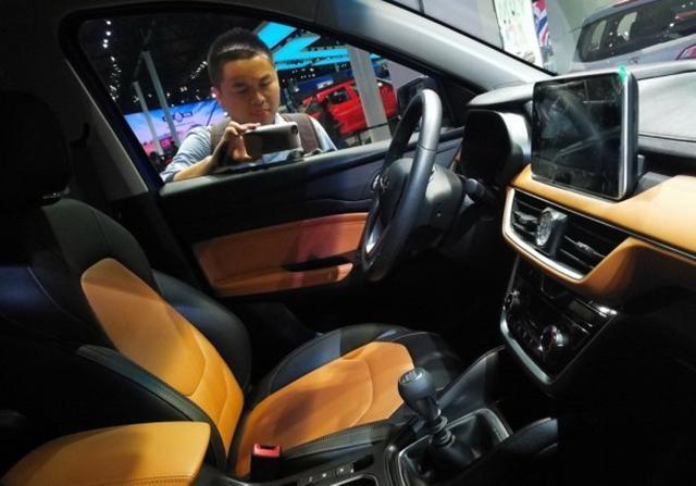 五菱宏光S3内饰图片曝光 定位为7座SUV